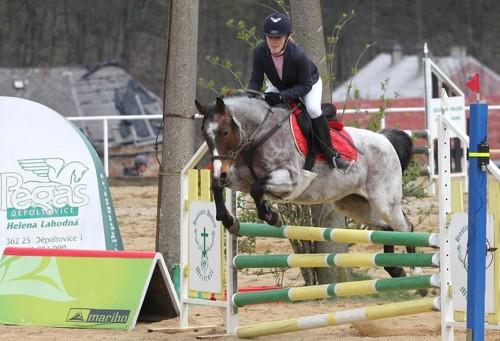 Libuška Květoňová na koni Dainty v parkuru stupňované obtížnosti do 100 cm, 0 tr.b. - 5. místo